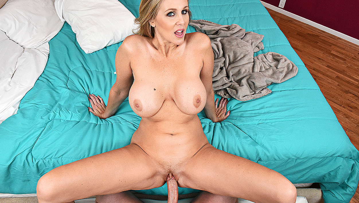 Julia Ann fucking in the bedroom with her blue eyes vr porn