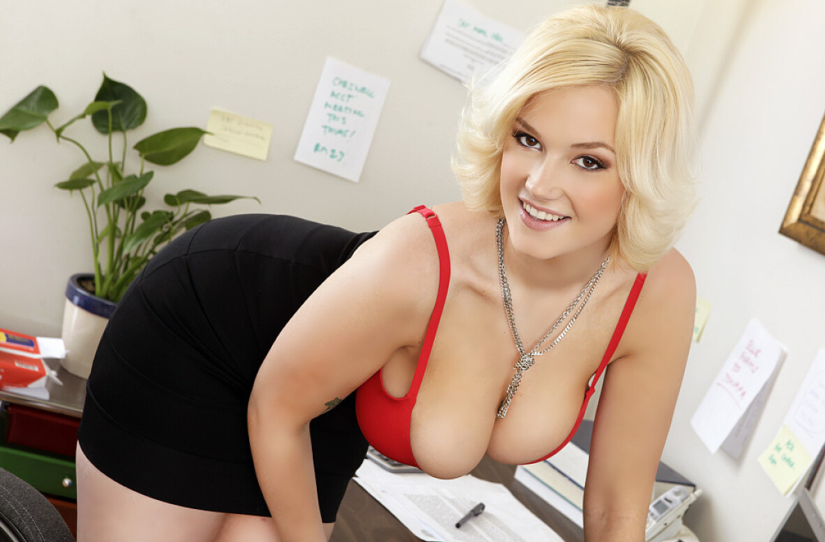 Watch Siri and Danny Mountain video in Naughty Office