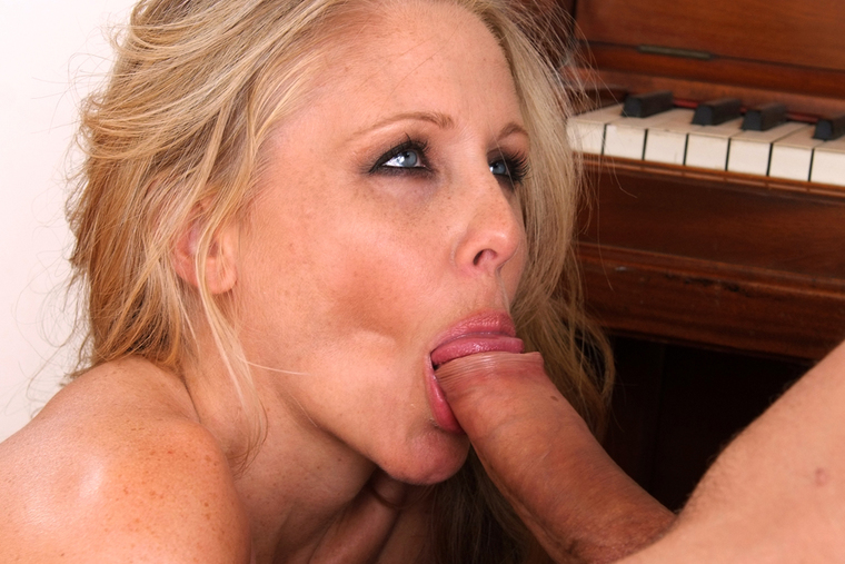 MILF Julia Ann fucking in the couch with her tattoos