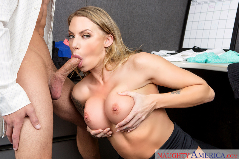 Juelz Ventura fucking in the desk with her piercings - Blowjob