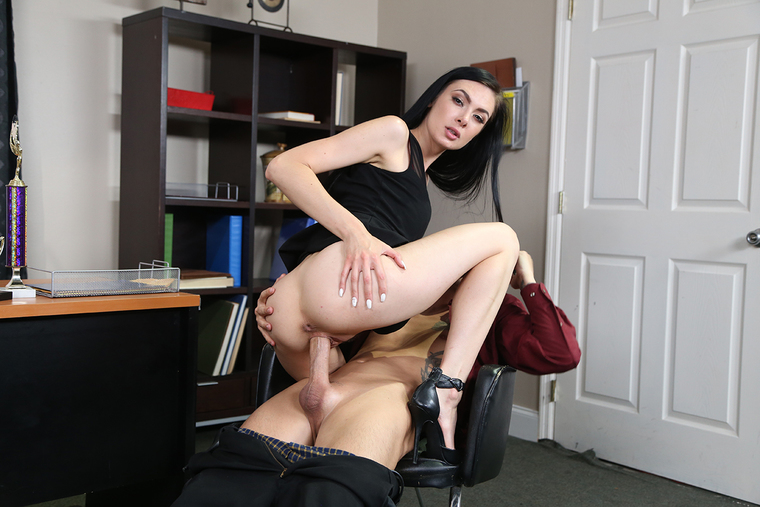 Marley Brinx gives her trophy salesman a first-place fuck