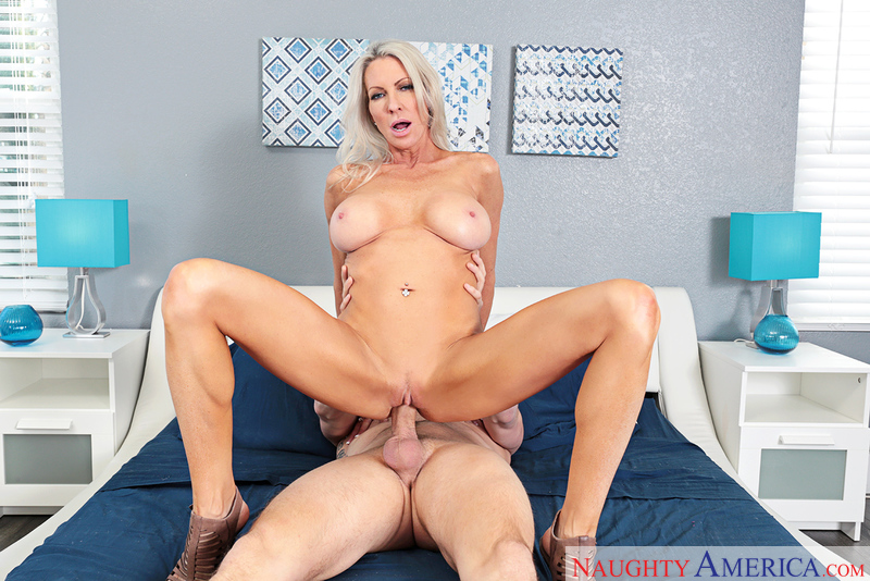 MILF Emma Starr fucking in the bed with her tits - Blowjob