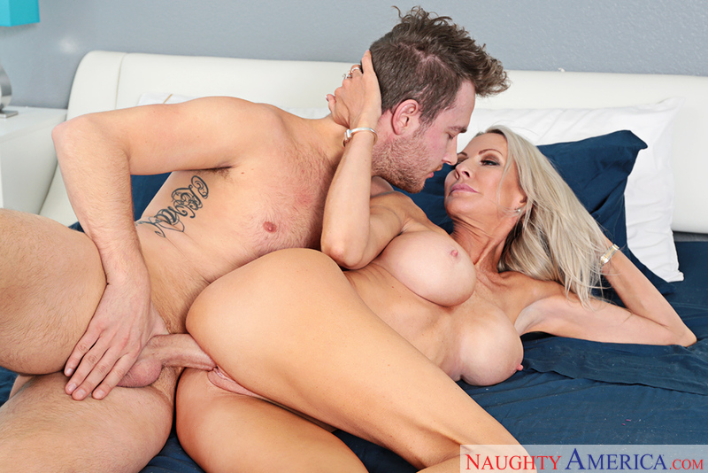 MILF Emma Starr fucking in the bed with her tits - Sex Position 3